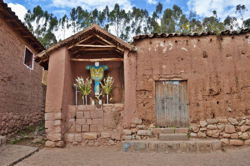 Католический крест и цветы в перуанской деревне