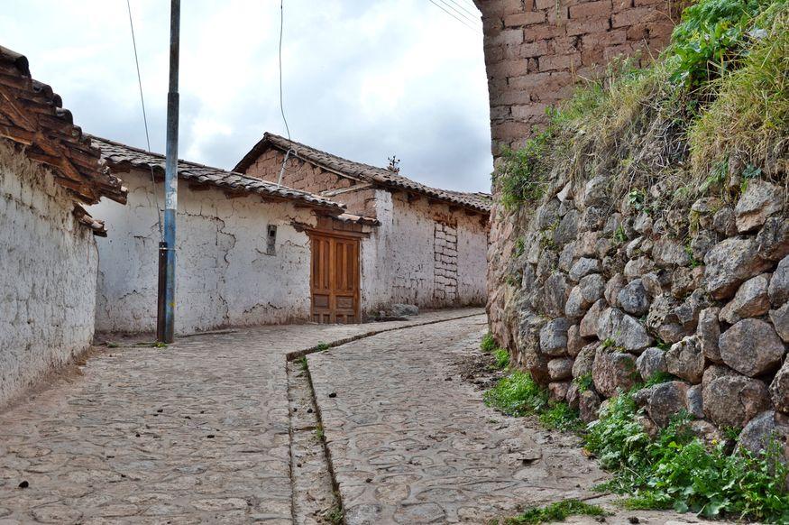 Каналы для отвода дождевой воды на улицах города инков Чинчеро Перу