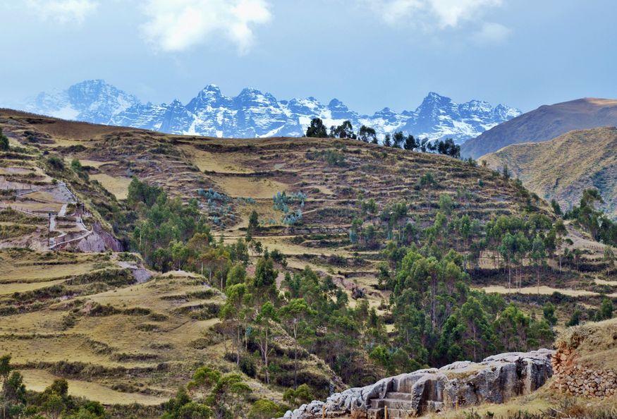 Горы и руины храма в священной долине перу