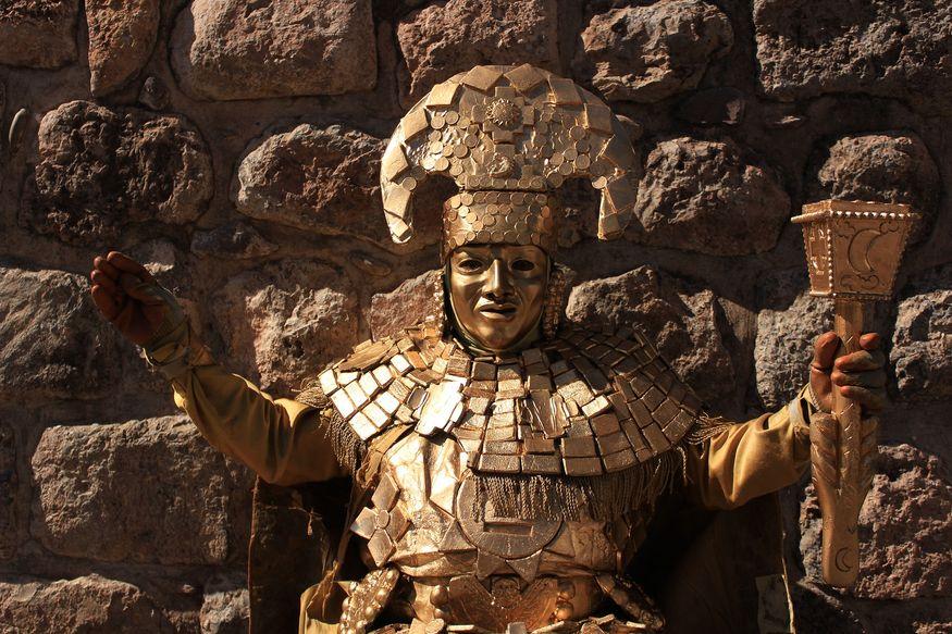 Золотой инка у стены в Куско