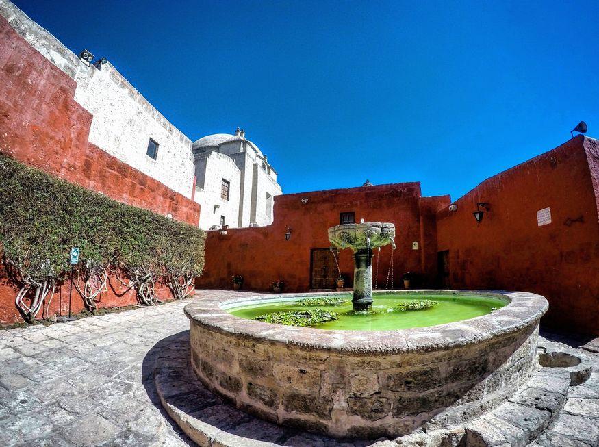 Красный двор с фонтаном колониальная Арекипа Перу
