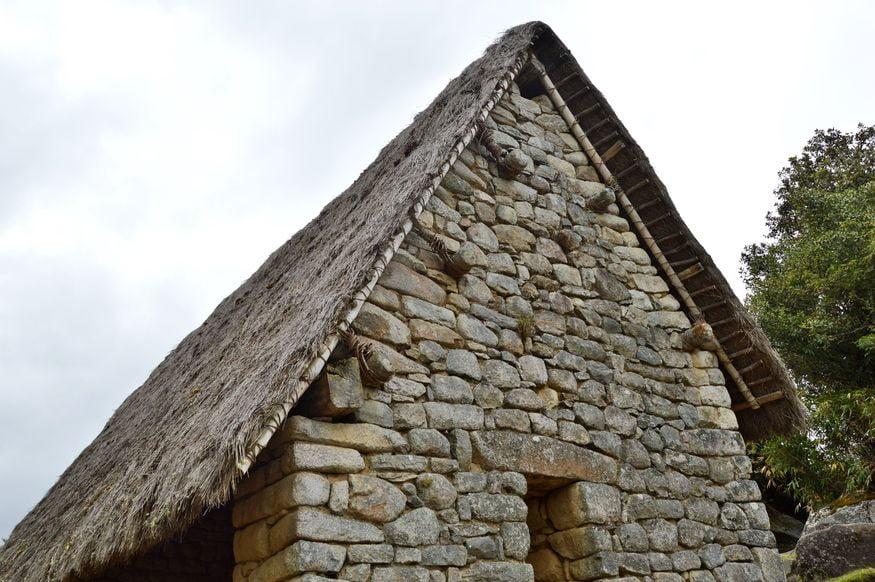 Восстановленный дом - город инков Мачу Пикчу фото