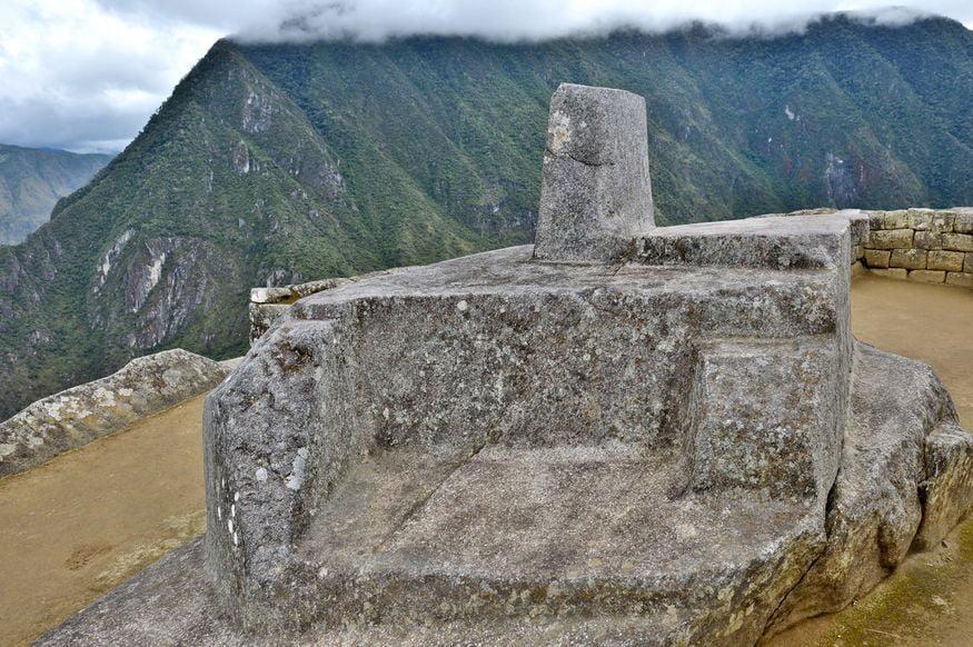 Священный камень Intihuatana Мачу Пикчу в Перу
