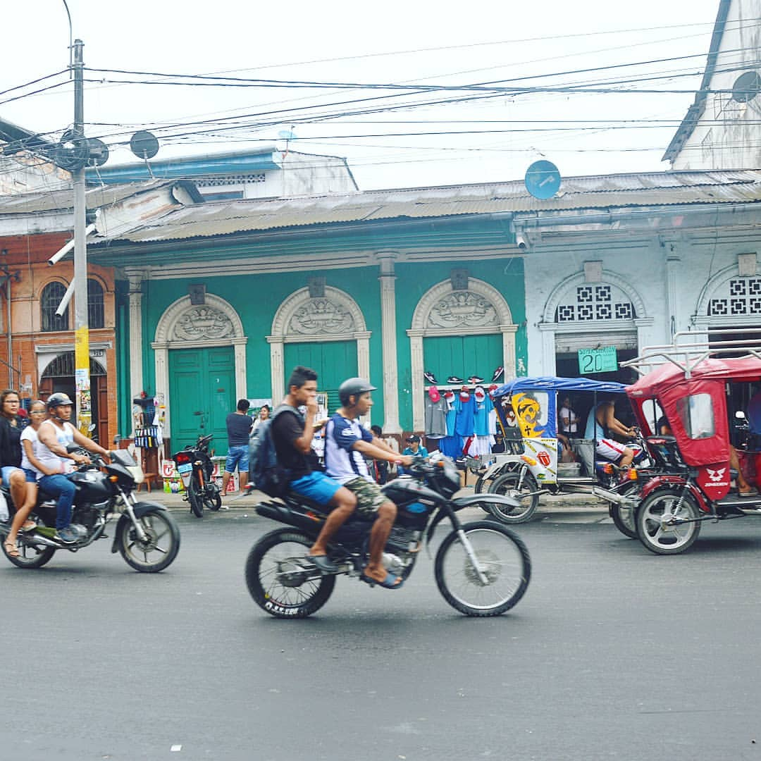 Мототакси и мотоциклы на улицах перуанского города Икитос