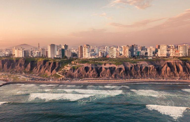 Вид с воды на столицу Перу Лиму и побережье
