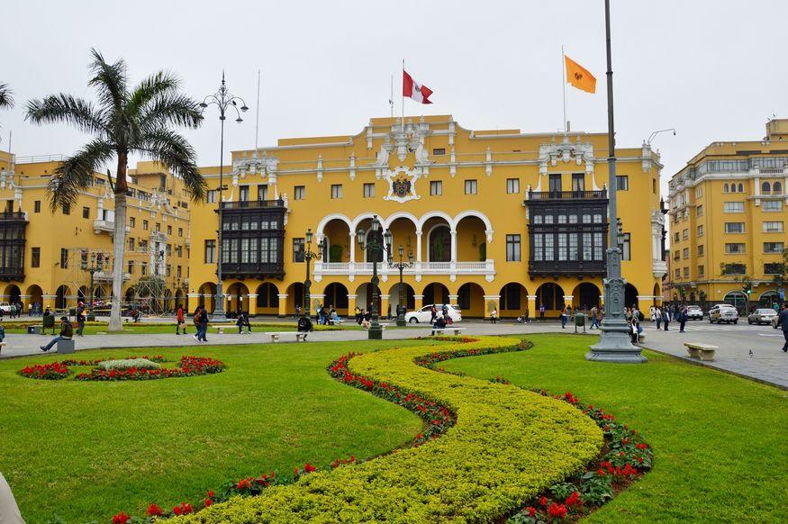 Муниципальное здание на главной площади Лимы с деревянными крытыми балконами