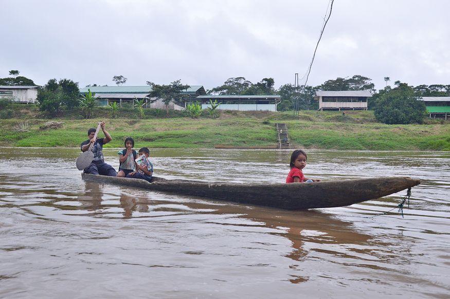 Дети в деревянном каноэ на реке амазонка