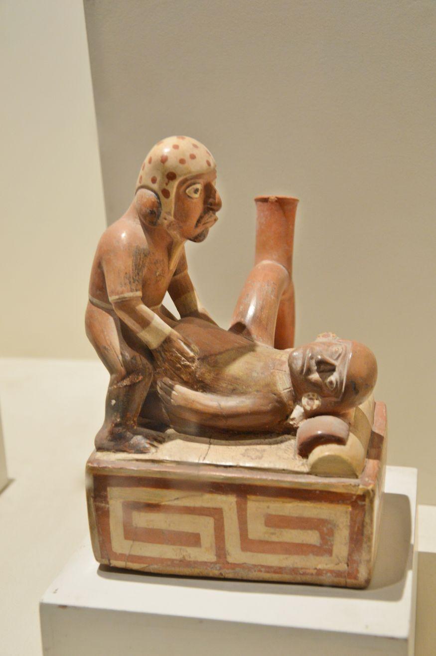 Прямоугольный сосуд с зображением сексуальной сценыв музее Ларко