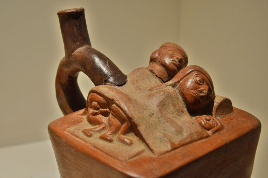 Пара, спящая с ребенком в одной кровати так, что из-под одеяла видны только головы и гениталии.