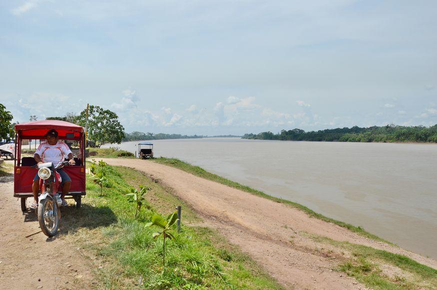 Мото такси у речного берега в Перу