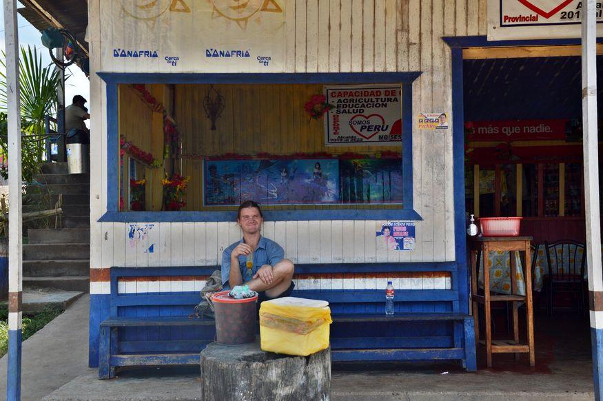 Деревня Онория - мужчина на автобусной остановке
