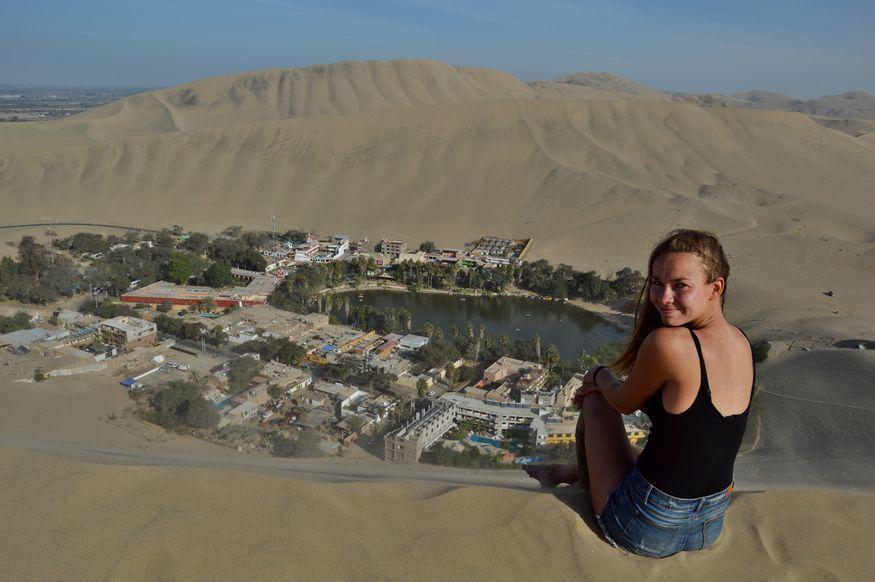 Вид с горы на оазис в пустыне