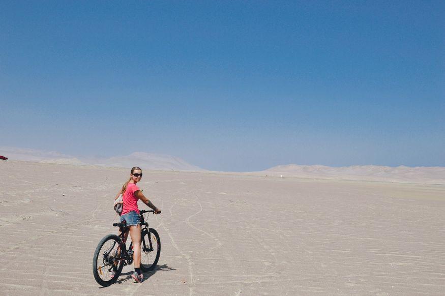 Белая поверхность солончака в Перу