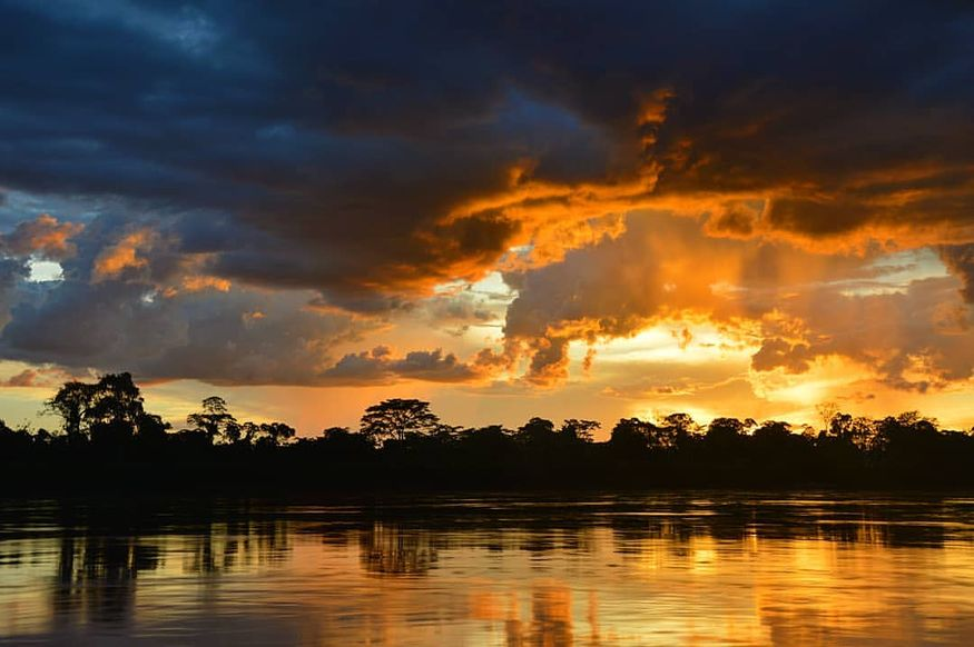 Очен красивый закат на реке Амазонка в круизе