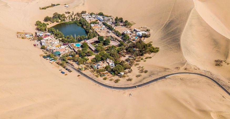 Вид на оазис в пустыне Уакачина с высоты птичьего полета