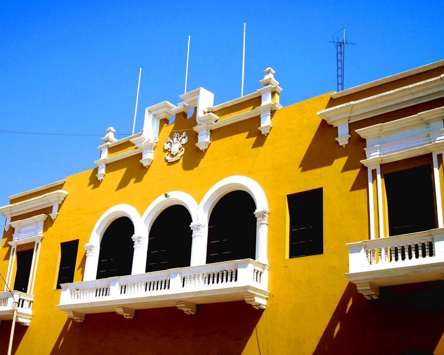 Ярко-желтый фасад здания