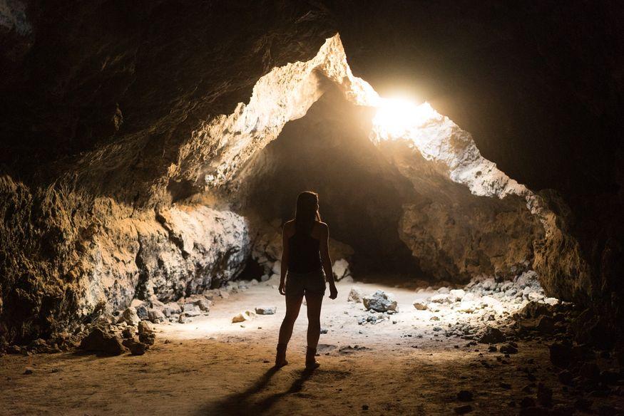Девушка в пещере