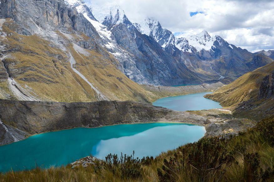 Озера у подножия горы Сиула (Siula)