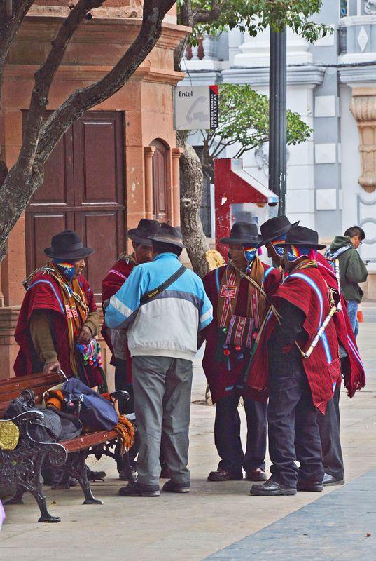 Сукре - коренное население в национальных костюмах