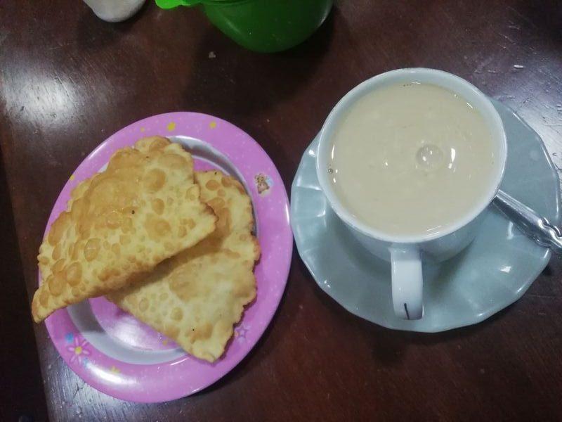 Молоко с булочками