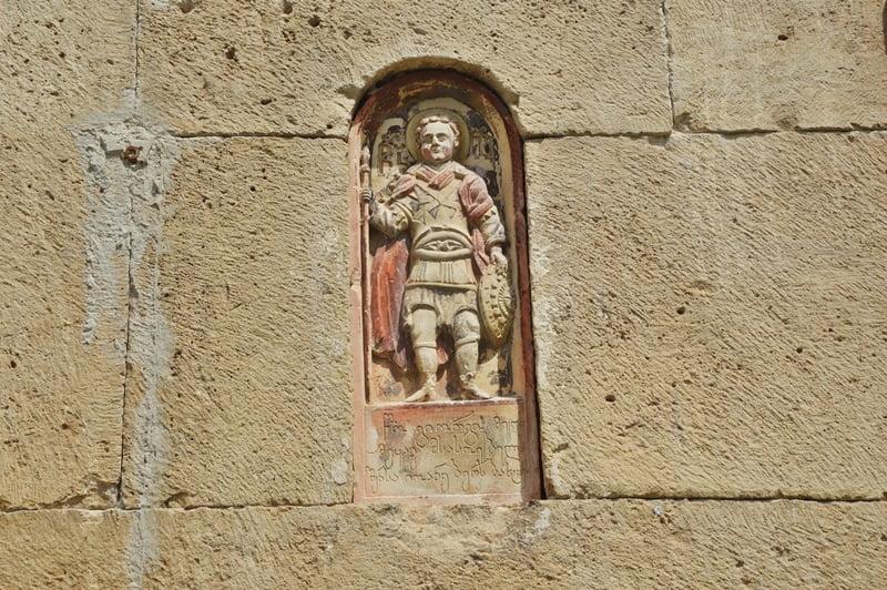 каменная скульптура на фасаде в Гелати