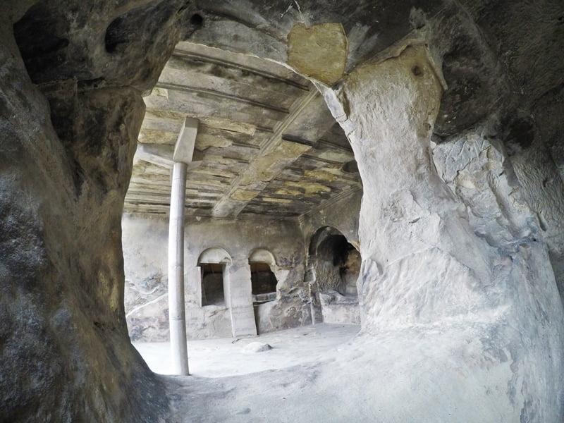 храм в скале Гори