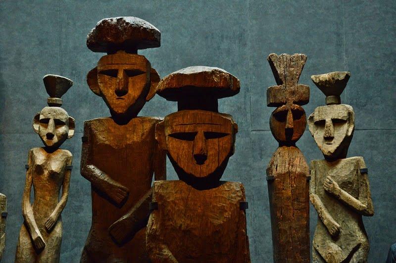 Деревянные статуи, которые индейцы мапуче устанавливали на могилах