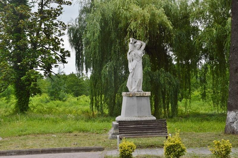 Скульптура в парке Цхалтубо