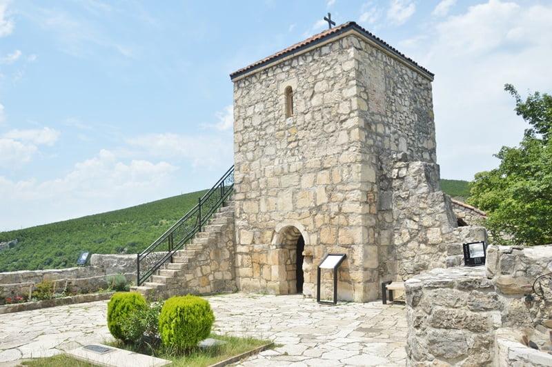 Башня у входа в монастырь