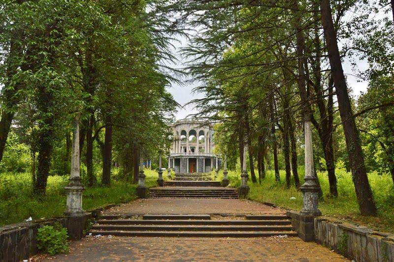 Парк перед санаторием Медея