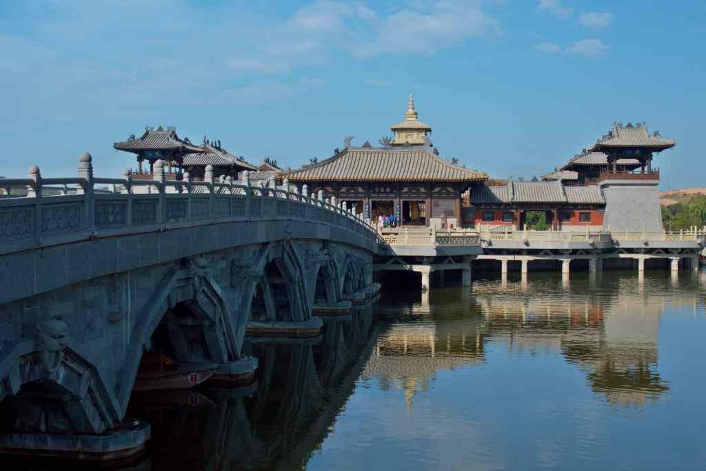 Отражение храмовой постройки в озере