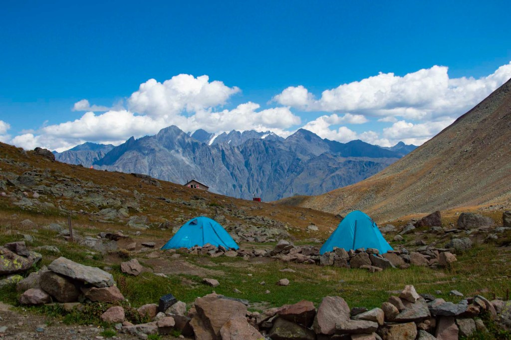 палатки в горах Грузии