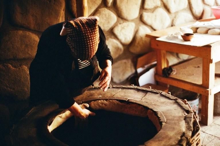 Женщина печет шоти