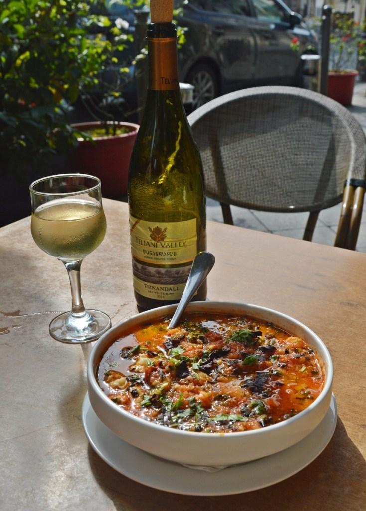 Грузинское вино в ресторане цинандали