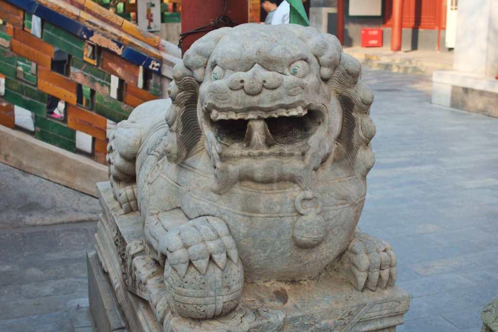 Китайский лев из камня