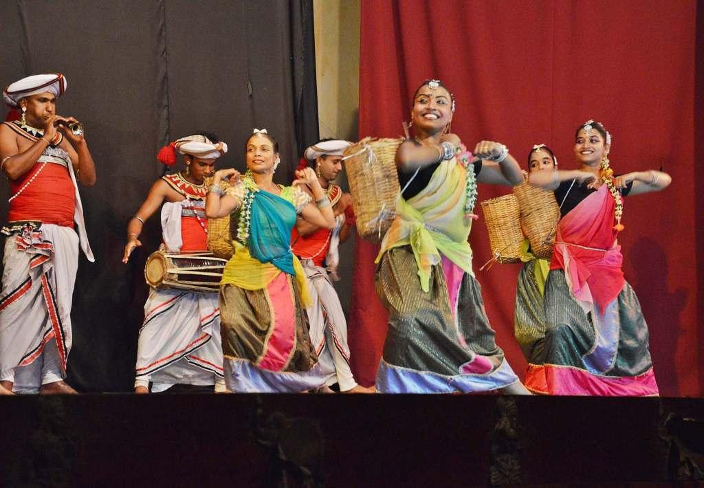 Девушки в национальном костюме - танцы Шри-ланки
