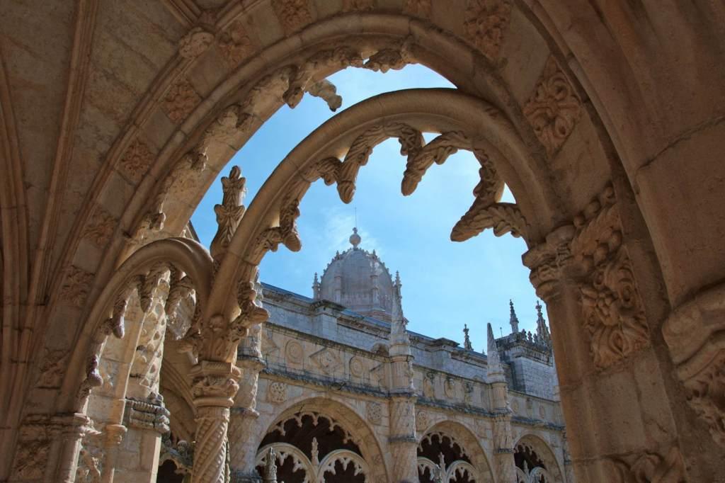 Купол храма в окаймлении аркой