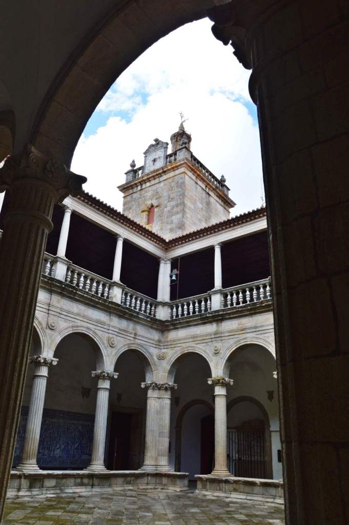 Вид на башню из-под арки