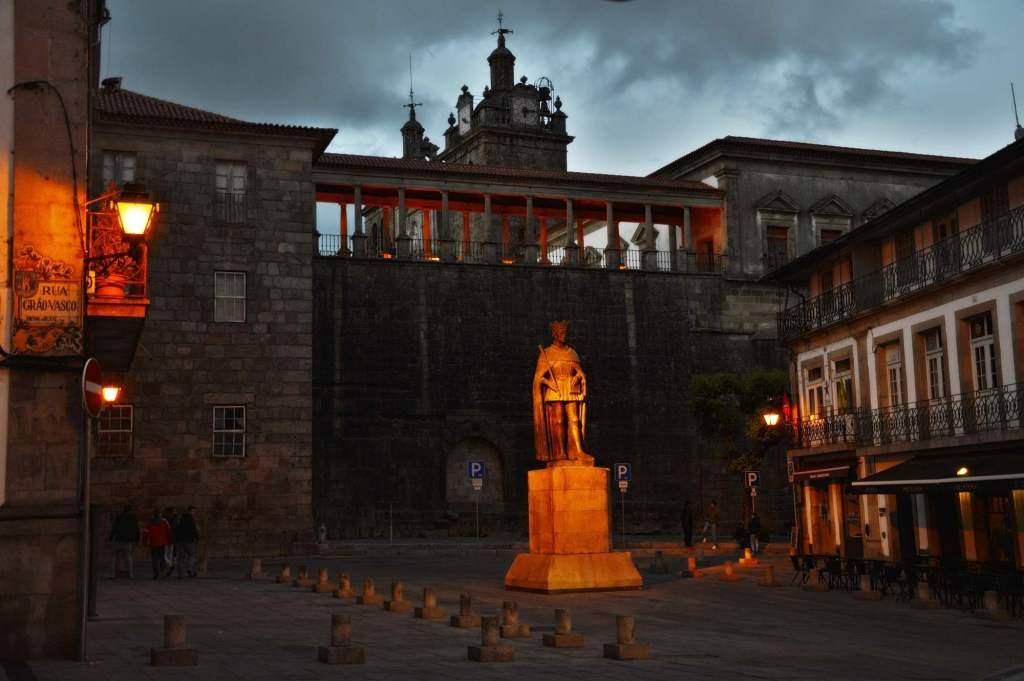 Ночной снимок памятника в Визеу