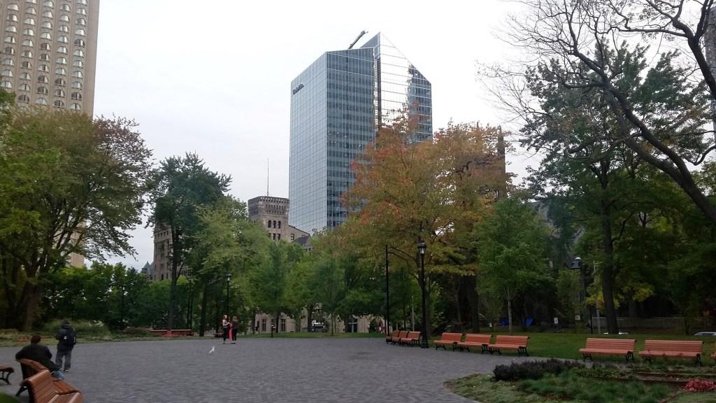 Многоэтажное здание и сквер