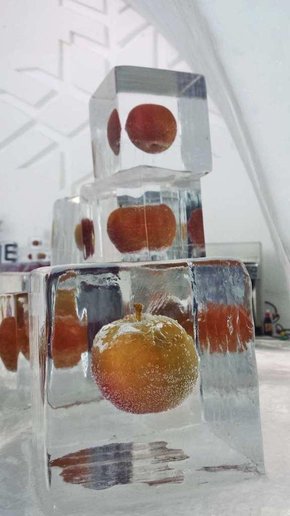яблоко замороженное в кубе льда