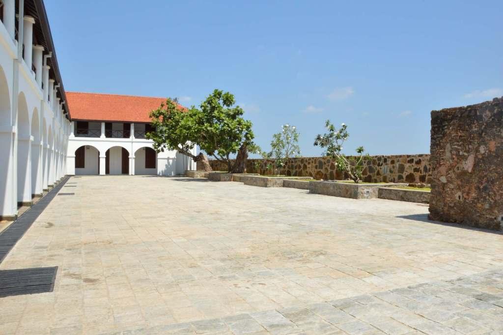 Площадка перед домом с белыми арками
