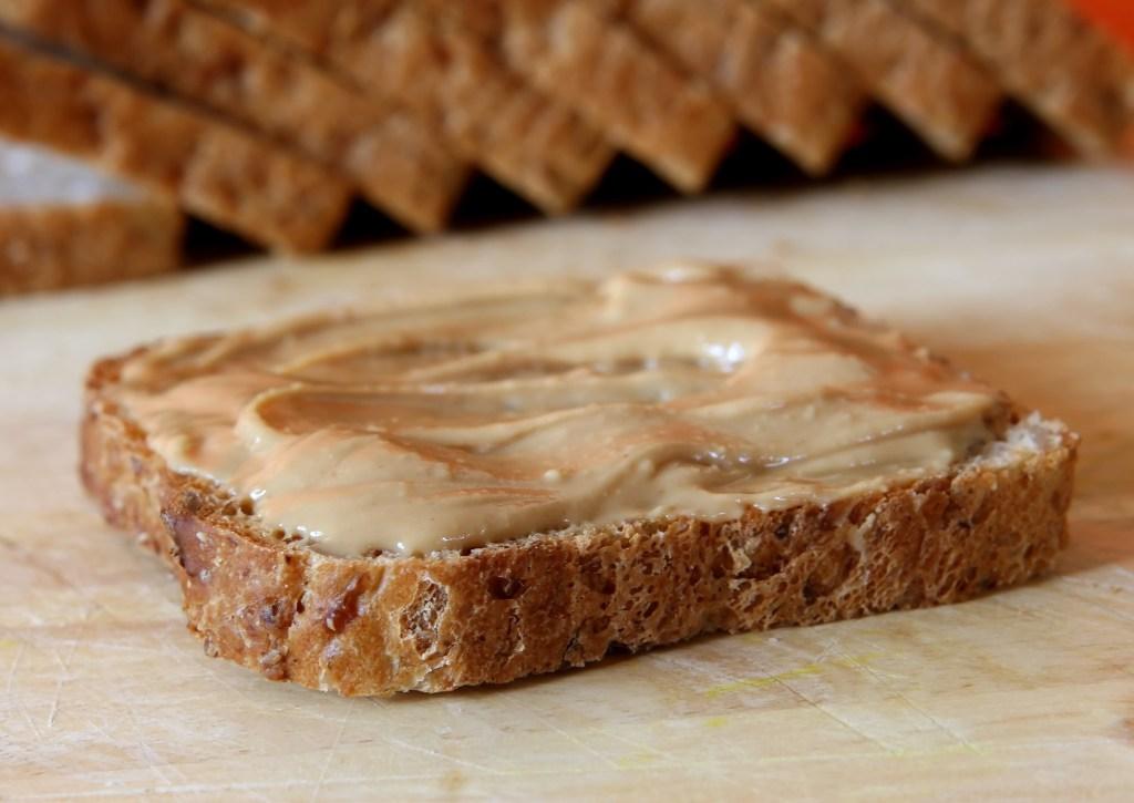 хлеб с ореховой пастой