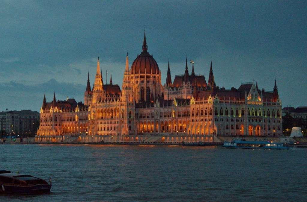 Ночная подсветка парламента в Будапешт