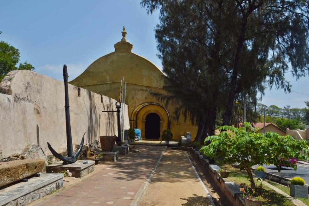 Желтое колониальное здание