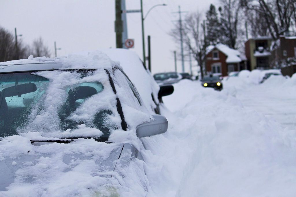 Автомобиль в снегу - зима в Монреале