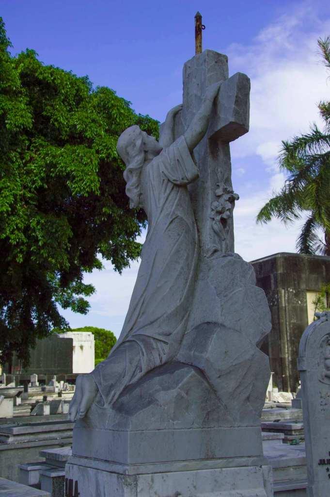 Скульптура Христа с крестом