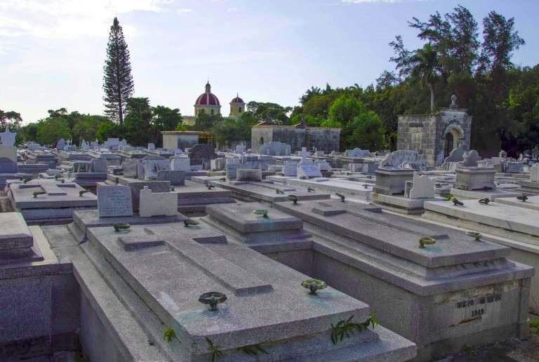 Могильные плиты с крестом