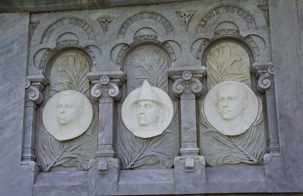 Лица героев - барельеф на стелле в Гаване