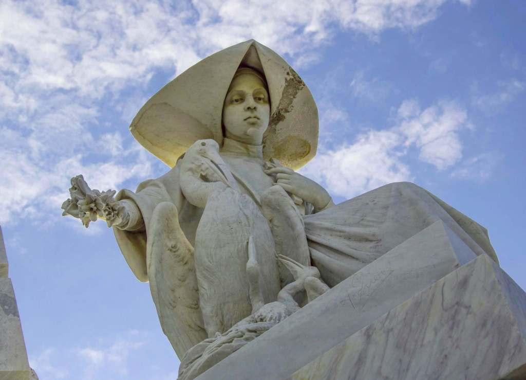 Женщина с пеликаном - мрамор